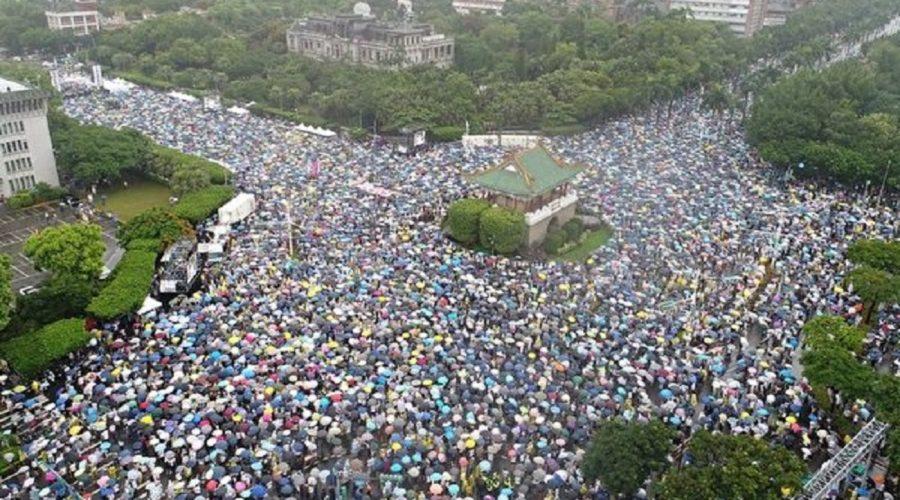 """Dav lidí shromážděný 23. června 2019 před tchajwanským prezidentským palácem na bulváru Ketagalan u příležitosti akce nazvané """"odmítnout komunistická média, ochránit tchajwanskou demokracii"""". (The Epoch Times)"""