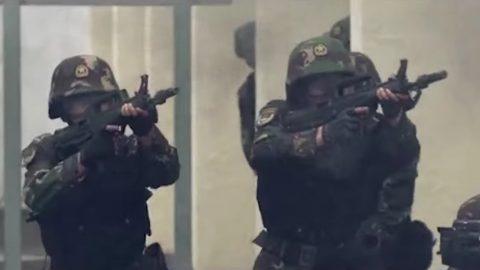 """Peking """"vrací úder"""". Vreakci na události vHongkongu zveřejnil propagandistické video své armády"""