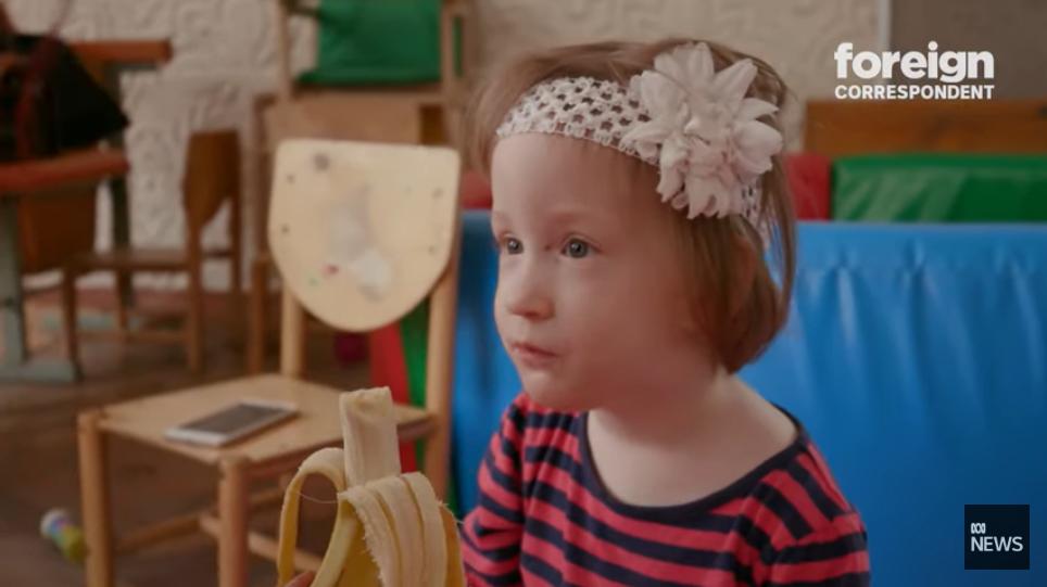 """Malá Bridget se narodila předčasně v únoru roku 2016 ve 25. týdnu těhotenství a vážila jen něco přes 800 gramů. Bridget jsou nyní tři roky a má řadu postižení. Rodiče, kteří si její odnošení u ukrajinské ženy """"objednali"""", ji nechtějí. Objednali si jiné dítě… (Screenshot / YouTube)"""