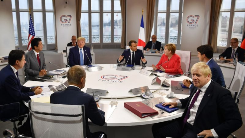 Kanadský premiér Justin Trudeau, britský premiér Boris Johnson, spolková kancléřka Angela Merkelová, předseda Evropské rady Donald Tusk, francouzský prezident Emmanuel Macron, italský premiér Giuseppe Conte, japonský premiér Shinzo Abe a americký prezident Donald Trump na první pracovní poradě summitu G7 25. srpna 2019 v Biarritzu, Francie. (Jeff J. Mitchell - Pool /Getty Images)