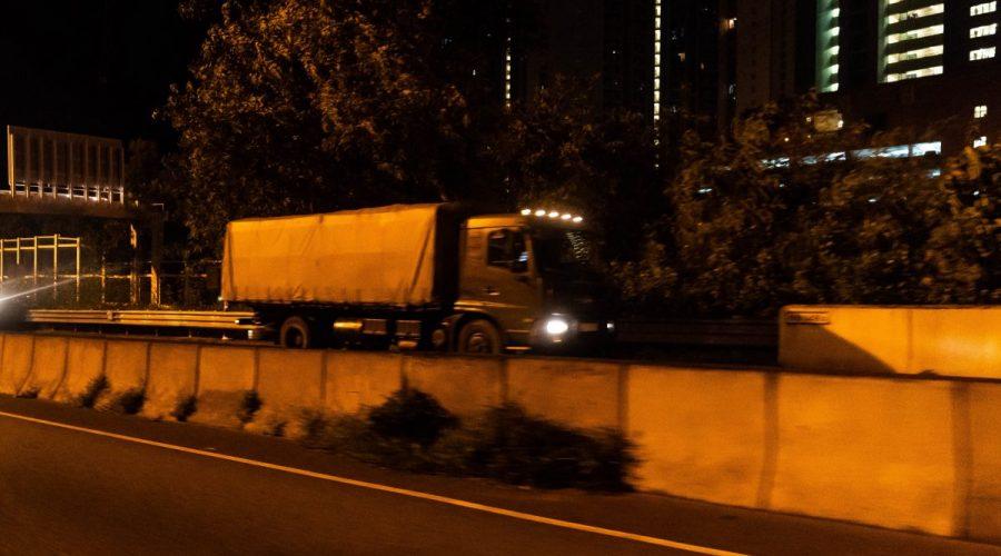 Čínská Lidová osvobozenecká armáda (LOA) se přesouvá do Hongkongu ve čtvrtek v časných ranních hodinách. Čínská státní média Sin-chua informovala, že se jedná o rutinní každoroční rotaci v Hongkongu, 29. srpna 2019. (Billy HC Kwok / Getty Images)