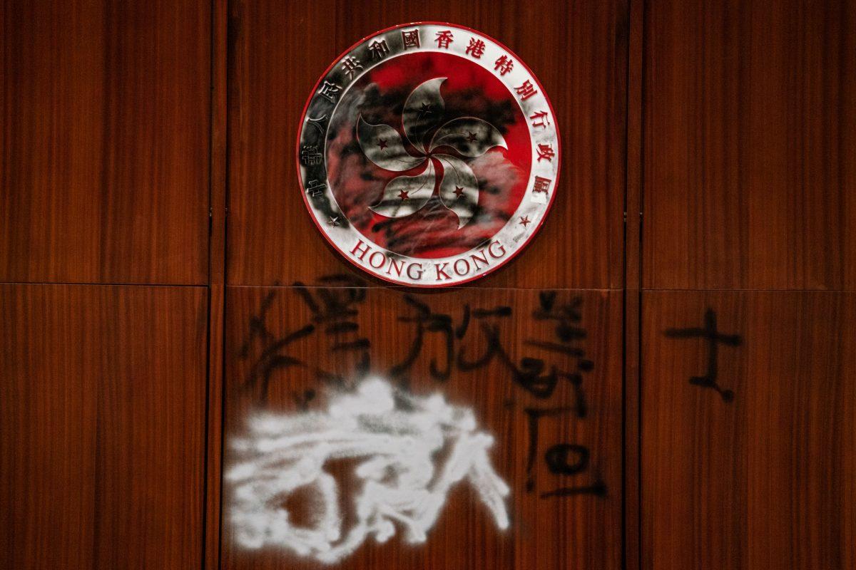 Graffiti v komplexu Legislativní rady v Hongkongu 3. července 2019. (Anthony Kwan/Getty Images)