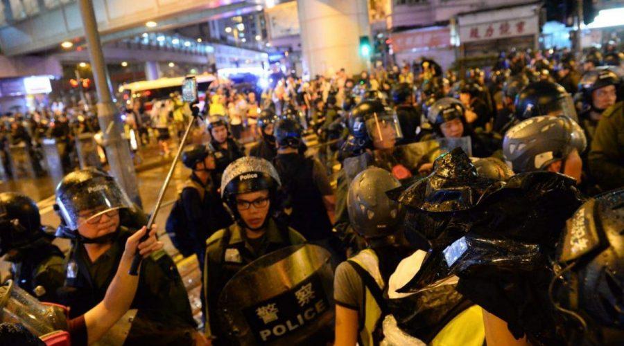 Hongkongská policie zasahuje proti demonstrantům na ulici Sha Tsui večer 25. srpna 2019, Hongkong. (Song Bilong / The Epoch Times)