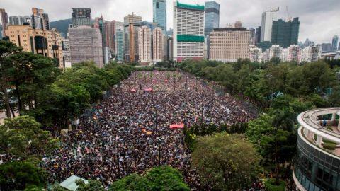 Více než 1,7 milionu lidí protestovalo vHongkongu proti policejnímu násilí