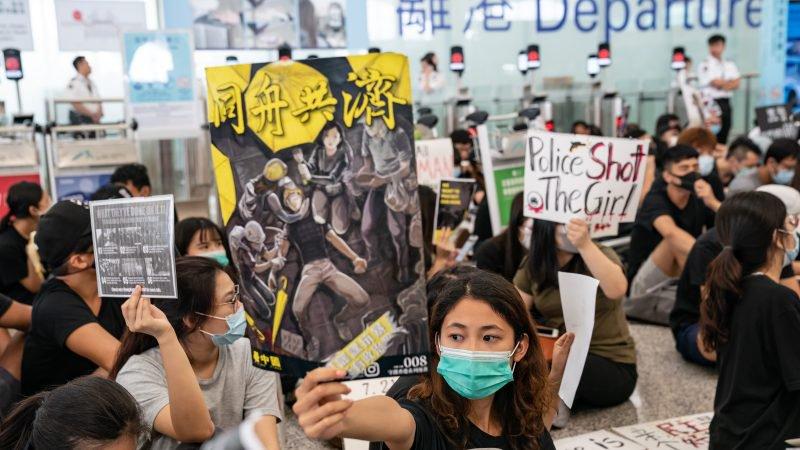 Protesty 13. srpna 2019 na letišti v Hongkongu. (Anthony Kwan / Getty Images)