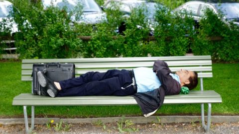 Jde na vás poobědě únava? Zdřímněte si, budete výkonnější, doporučují vědci
