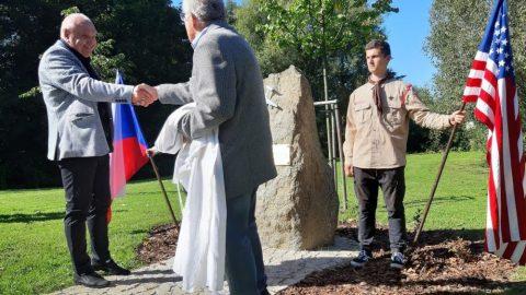 Polná: Na hrázi rybníka Peklo byl odhalen památník k75.výročí pádu Liberátoru B-24
