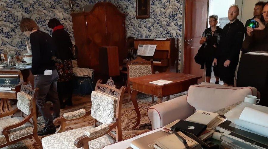 Návštěvníci v modrém pokoji zámečku.
