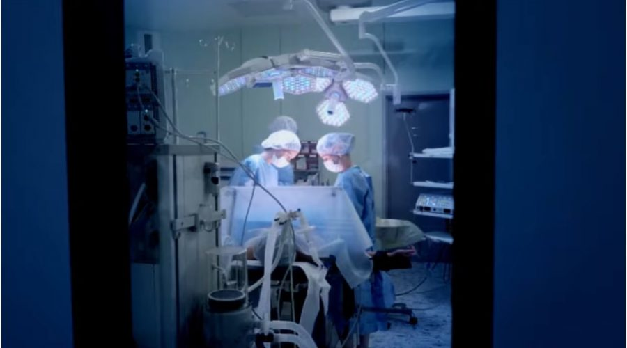 Vzestup transplantačního odvětví v Číně je často spojováno se zneužíváním vězňů. (Screenshot YouTube)