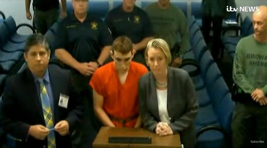 Screenshot ze zpravodajství ITV News o soudu devatenáctiletého chlapce Nikolase Cruze, který na střední škole v USA zastřelil 17 dětí. (Screenshot / YouTube)