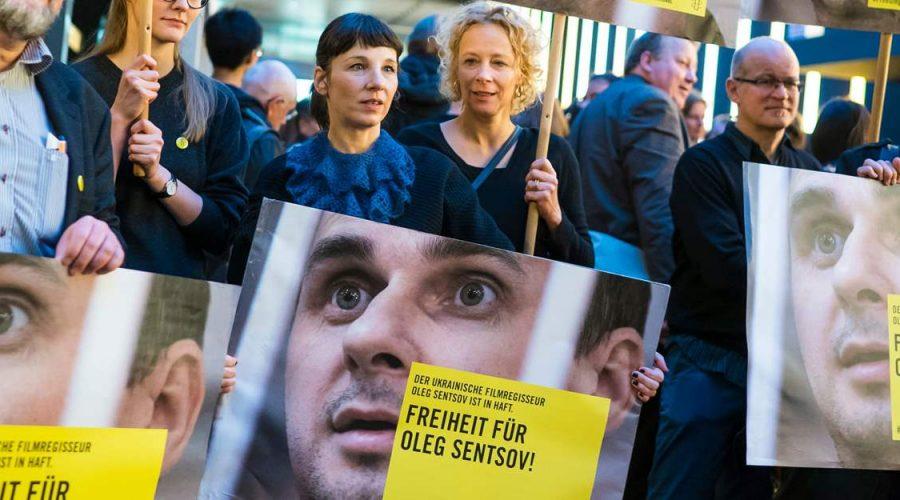 Ukrajinský režisér Oleg Sencov je po pěti letech strávených v ruském vězení konečně osvobozen. (Amnesty International)