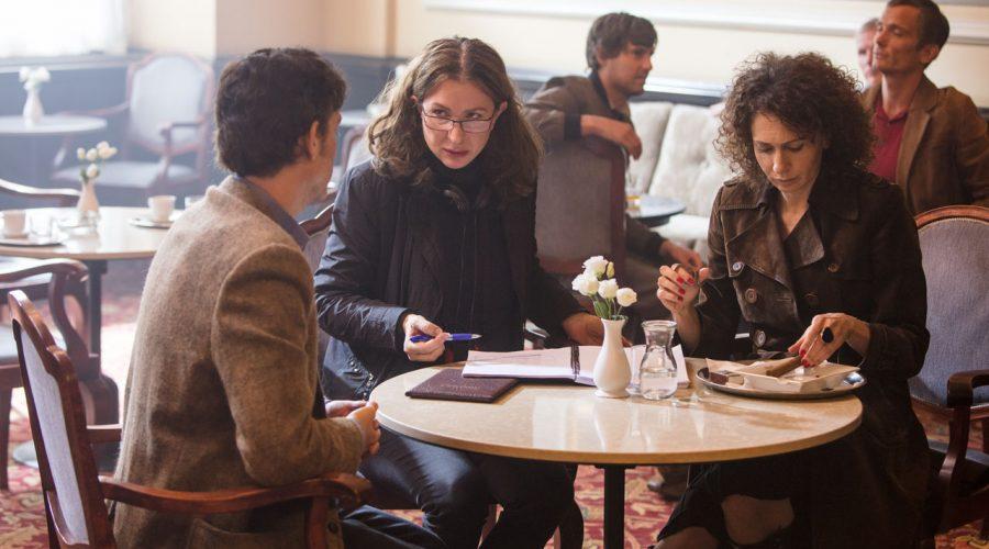 Režisérka Irena Pavlásková (druhá zleva) v rozhovoru s herci při natáčení snímku Pražské orgie. (Bioscop)