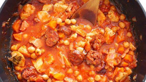Recept: Kuřecí se slaninou, klobásou acizrnou