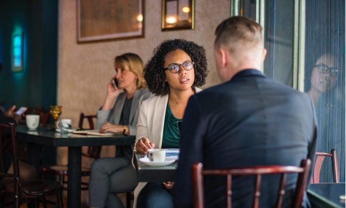 muž a žena u stolu