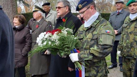 Vysočina: VDen válečných veteránů 11.listopadu se střílely čestné salvy upomníku padlých