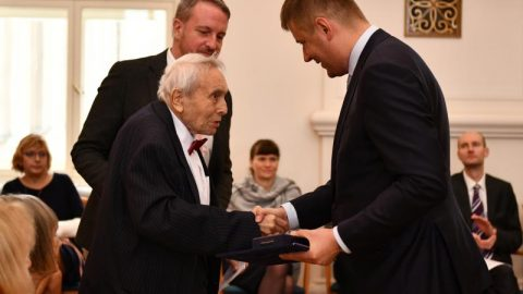 Ministr Petříček udělil medaile za zásluhy odiplomacii