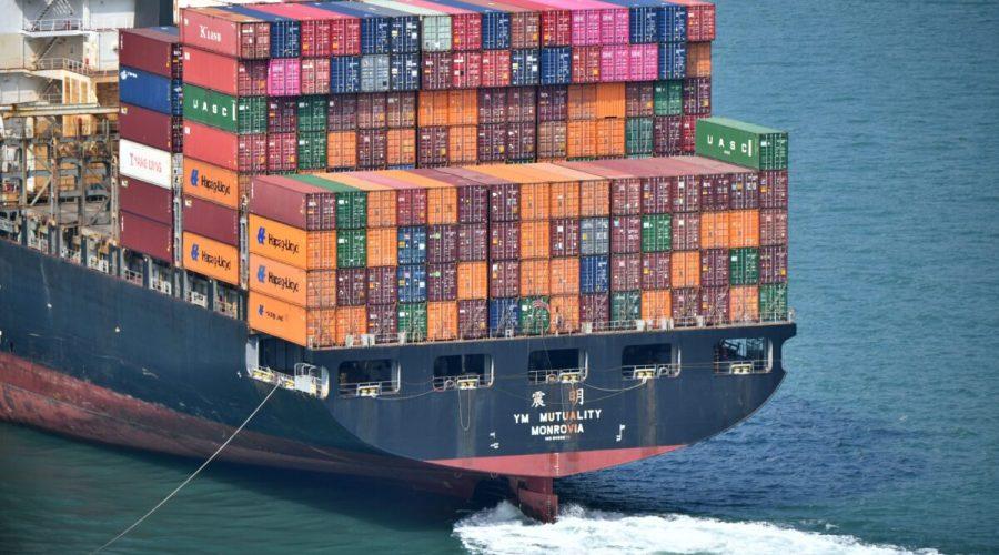 Nákladní loď naložená kontejnery poblíž přístavu v Hongkongu, 5. října 2019. (ANTHONY WALLACE / AFP prostřednictvím Getty Images)