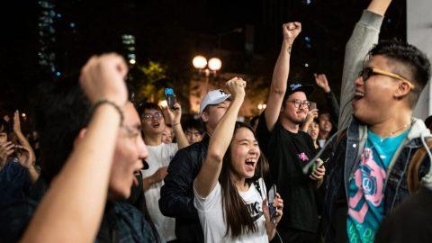 Pro-demokratické strany vyhrály volby vHongkongu, kongres USA podpořil nezávislost města