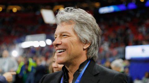 Nadace zpěváka Jona Bon Joviho věnovala půl milionu dolarů na stavbu domů pro veterány bez domova