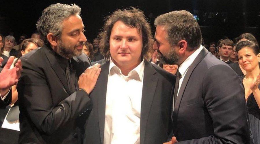 Olivier Nakache a Éric Toledano hovoří s jedním z autistických herců na festivalu v Canes. (facebook.com/ToledanoNakache)