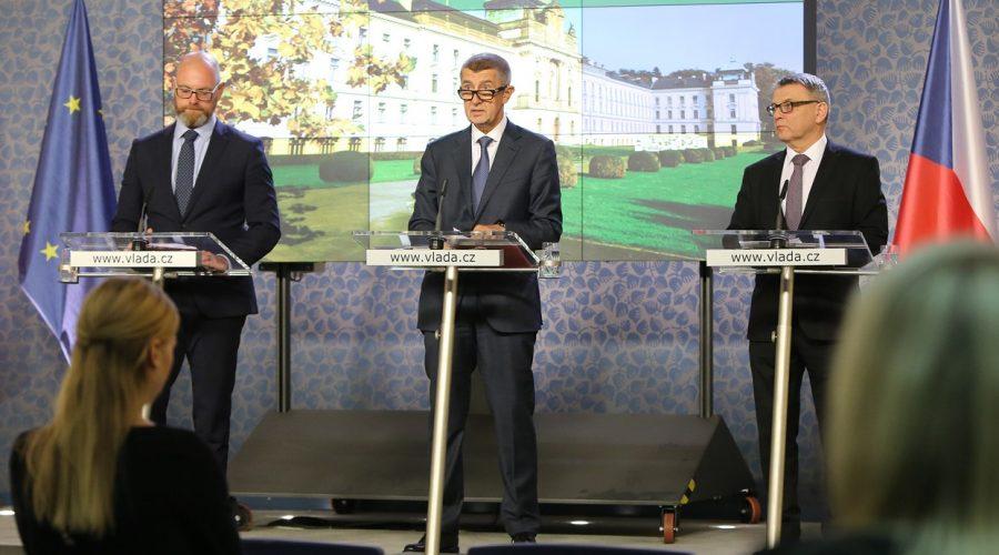 (Zleva ) Ministr školství, mládeže a tělovýchovy R. Plaga, premiér A. Babiš a ministr kultury L. Zaorálek na tiskové konferenci, 30. října 2019. (Vlada.cz)