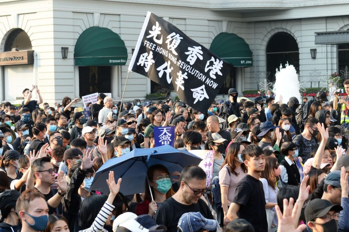"""380 000 Hongkongských demonstrantů pochoduje na podporu myšlenky """"Nikdy nezapomeň, proč jsi začal"""", 1. prosinec 2019 v Tsim Sha Tsui."""