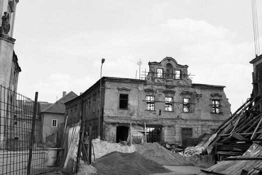 Zborcené měšťanské domy v Kadani. (NPÚ)