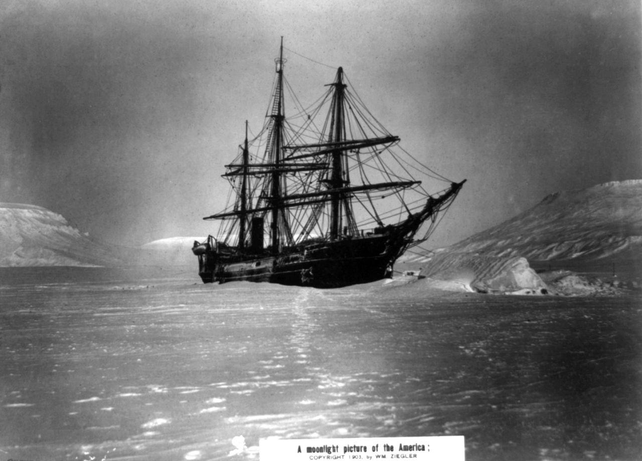 Obraz: Loď America uvízlá vledu Teplického zálivu uRudolfova ostrova. (William Ziegler)