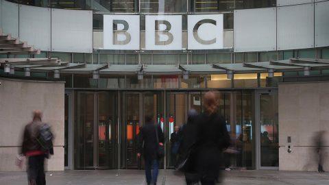 Boris Johnson: Kdo odmítne platit povinné poplatky pro BBC, už by neměl být trestán