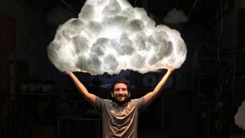 """Plovoucí lustry """"Oblak"""" od umělce Richarda Clarksona isblesky ahromy"""