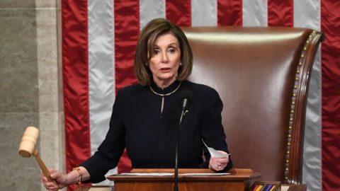 Demokraté dle očekávání protlačili žalobu na Trumpa dolní komorou. Ministr spravedlnosti označil akt za politický nástroj