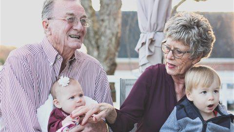 Výzkum: Hlídání vnoučat jednou za týden snižuje uprarodičů riziko Alzheimerovy choroby