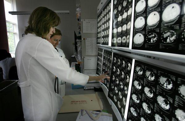 Lékaři z onkologického centra v Nemocnici Johns Hopkins v americkém Baltimore studují snímky jednoho z pacientů 15. srpna 2005. (Win McNamee / Getty Images