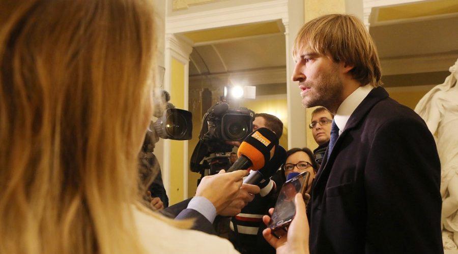 Ministr zdravotnictví v obležení novinářů po příchodu do Strakovy akademie odpovídá na dotazy ohledně koronaviru, 3. února 2020. (Vlada.cz)