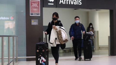 Koronavirus aktuality: Virus se šíří do dalších měst vČíně. Částečná omezení zavádějí Peking iŠanghaj