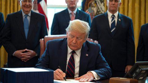 """Trump podepsal rekordní vládní """"injekci"""", uvažuje okaranténě New Yorku apovolává vojenské zálohy"""