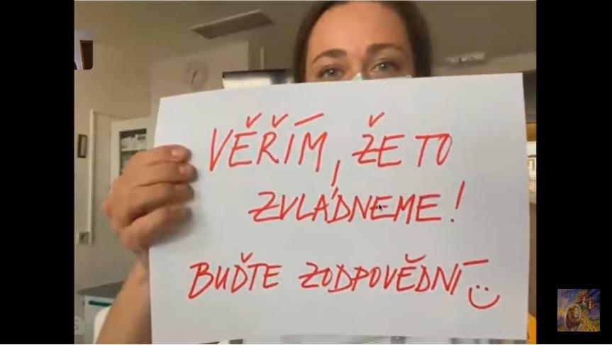 Dokumentarista Jan Látal dělal minulé dva dny skype rozhovory s lékaři napříč republikou. (Screenshot / YouTube)