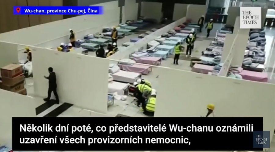 Čína: Wu-chan staví novou provizorní nemocnici, kterou ale nemá nikdo vidět. (Screenshot z reportáže)