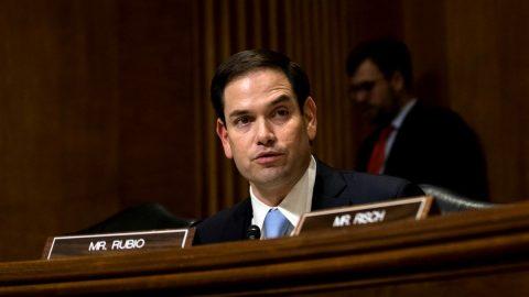 """USA: Senátor kritizuje média za přebírání """"čínských čísel"""" jako faktů"""