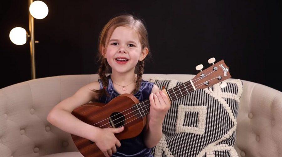 Rozkošná holčička si získala srdce diváků hrou na ukulele. (YouTube Screenshot | The Crosbys)