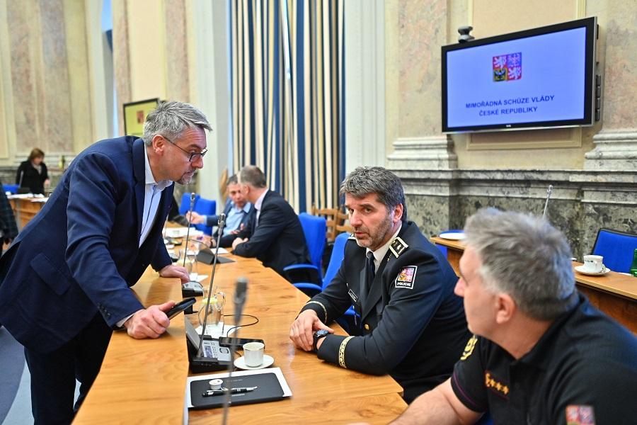 Diskuse ministra obrany Lubomíra Metnara s policejním prezidentem Janem Švejdarem, 15. března 2020. (Vlada.cz)