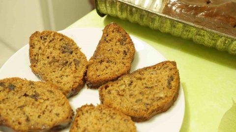 Recept: Buchta se sušenými švestkami amelasovou polevou