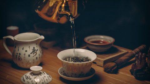 Pití čaje prospívá tělu imysli. Čaj je dostupný vmnoha variantách avšechny jsou zdravé