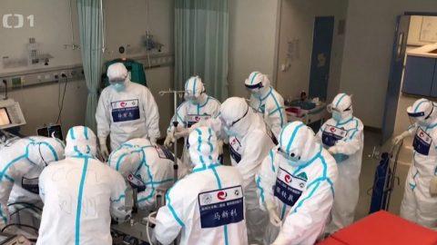 Reportéři ČT: Tajné služby upozorňují – Čína lže opočtu nemocných amrtvých