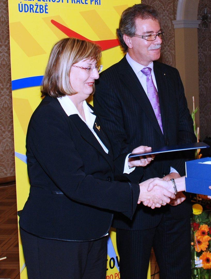 (vlevo) Anežka Sixtová, pověřená řízením odboru ochrany veřejného zdraví na ministerstvu zdravotnictví, 19. října 2010 v malostranském Kaiserštejnském paláci, Praha. (mzd.cz)
