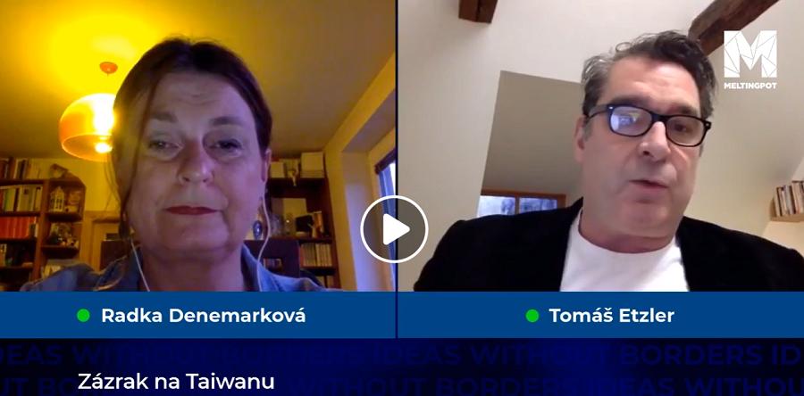 Bývalý zpravodaj ČT v Číně Tomáš Etzler v pořadu Meltingpot pokládá otázky Radce Denemarkové. (Screenshot z videorozhovoru)