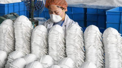 Řada výrobců roušek vČíně nesplňuje hygienické akvalitativní standardy, říká čínský obchodník