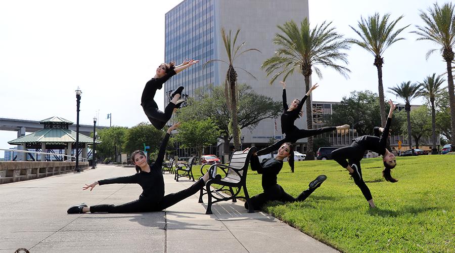Tanečnice souboru Shen Yun International Company v Jacksonville, Florida. (Photo by dancer Diana Teng. Všechna práva vyhrazena)