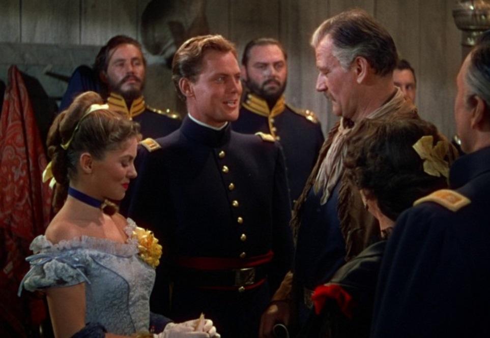 Zásnubní foto ze snímku Měla žlutou stužku z roku 1949. Žena si zde na znamení zaslíbení jednomu muži vpletla žlutou stuhu do vlasů. (Screenshot z filmu)