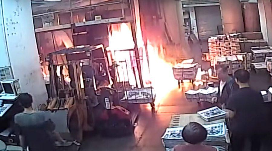 Záběry ohně založeného maskovanými vetřelci v tiskárně hongkongské redakce deníku The Epoch Times 19. listopadu 2019. Útok žhářů je považován za poslední příklad úsilí čínské komunistické strany o umlčení listu The Epoch Times. (The Epoch Times)